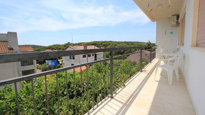 Two-floor house with nice sea view for 12 persons, six bedrooms, 28