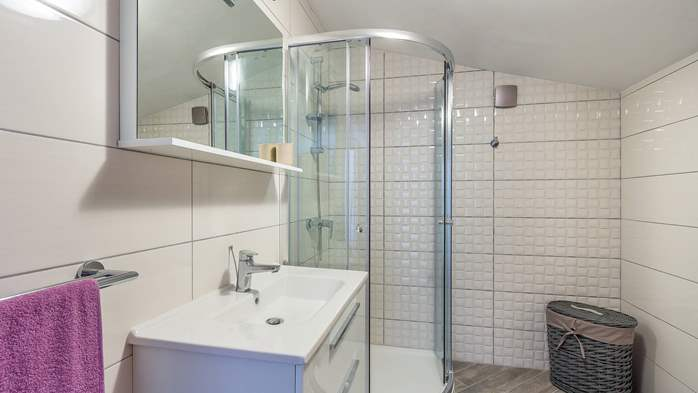 Modern villa on two floors, with pool, close to Pula, 15