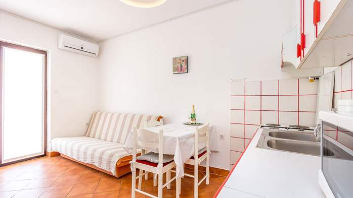 Bright apartment on the ground floor with private terrace, WiFi, 2