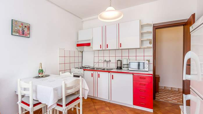 Bright apartment on the ground floor with private terrace, WiFi, 3