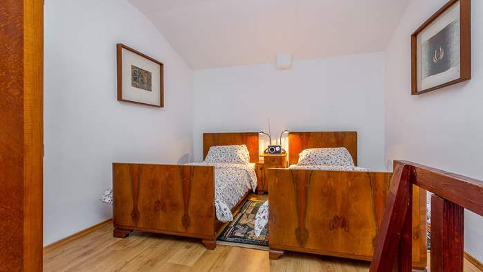 Newly renovated holiday home, traditional style, air conditioning, 16