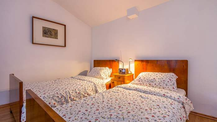 Newly renovated holiday home, traditional style, air conditioning, 20