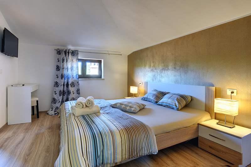 Casa ivano a rovinjsko selo con piscina e 4 camere da letto for Casa a 2 piani con 5 camere da letto