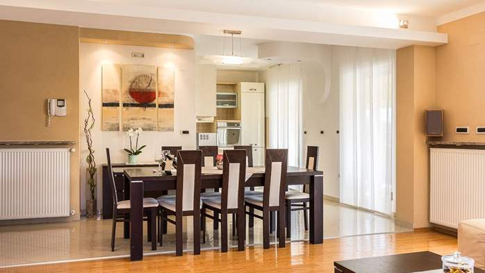 Cozy and stylish apartment with three bedrooms and balcony, 3