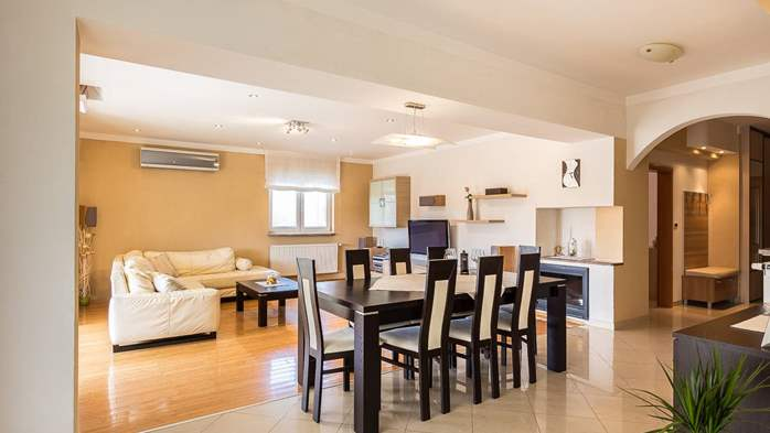 Cozy and stylish apartment with three bedrooms and balcony, 2