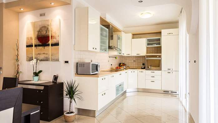 Cozy and stylish apartment with three bedrooms and balcony, 5