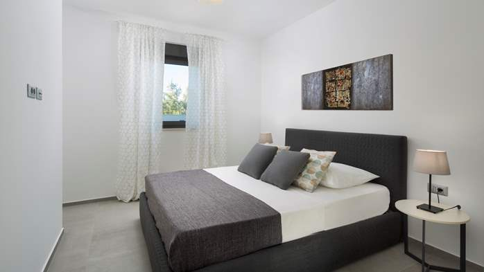 Luxurious 3 bedroom apartment with private pool for 6 persons, 11