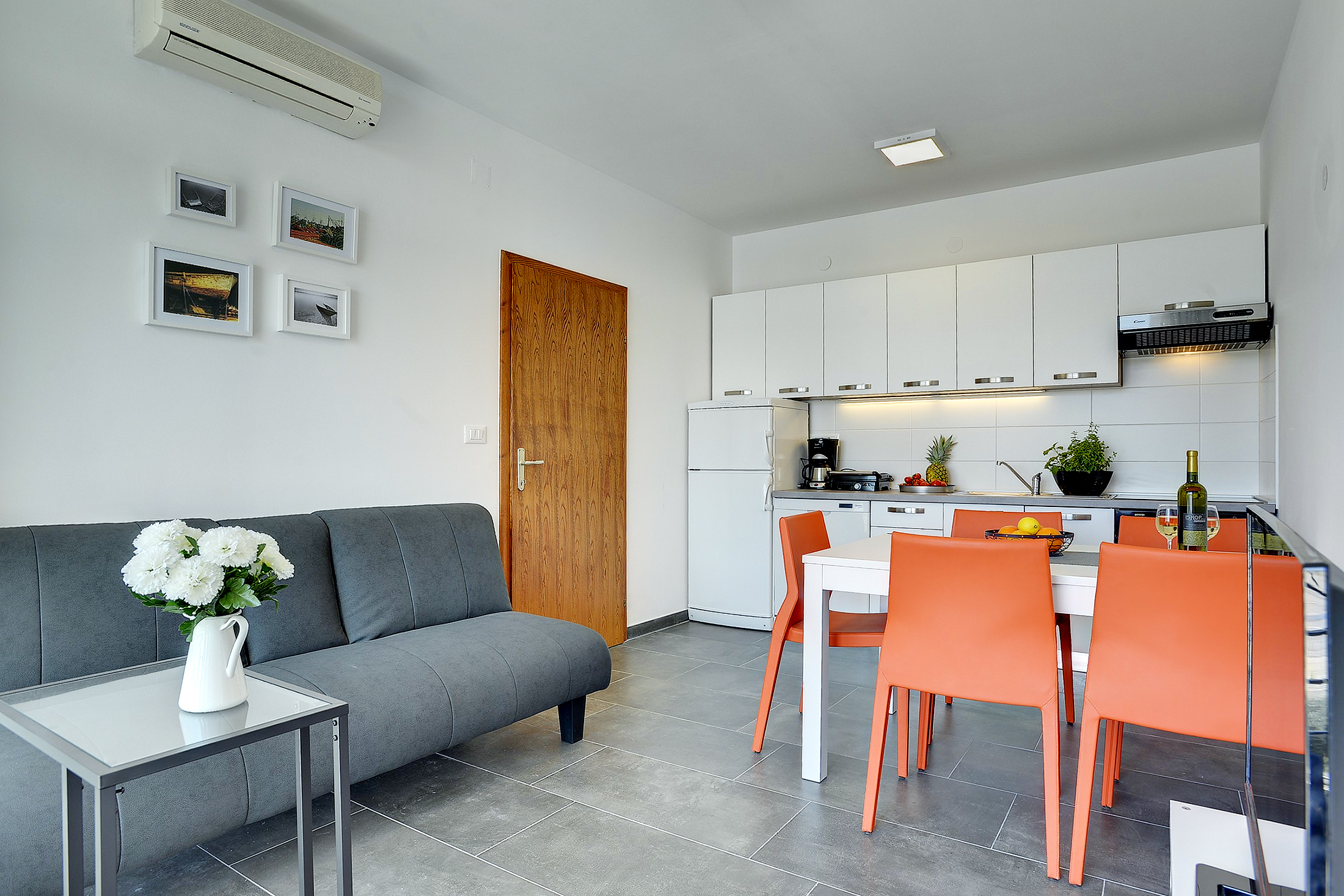 Prenotate le vacanze in questo comodo alloggio vicino al mare for Piani domestici moderni