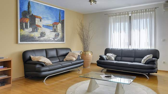 Comfortable and elegant holiday home with private garden, WIFI, 5