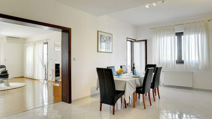Comfortable and elegant holiday home with private garden, WIFI, 8