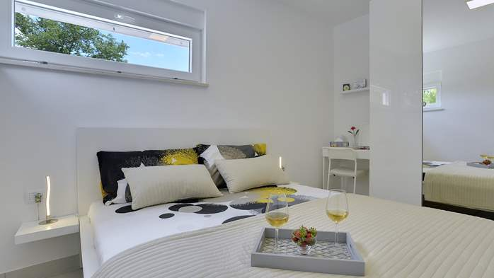 Modern and newly furnished holiday home, spacious garden, AC,WIFI, 10