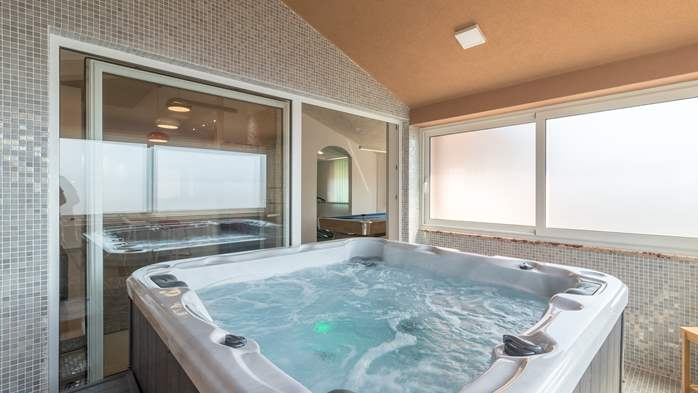 Enchanting villa with pool, finnish sauna, jacuzzi and gym, 62