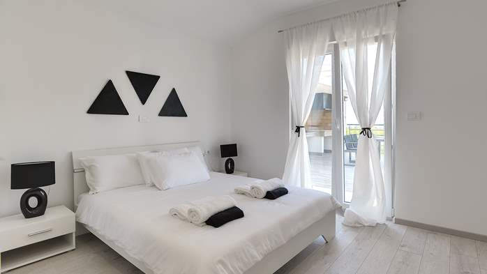 Gorgeous modern villa with private pool, sea view, terrace, WiFi, 19