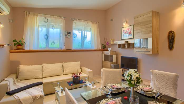 Beautiful holiday home with private pool, for 6 persons, 15