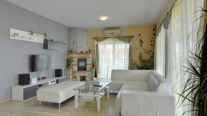 Simple fully equipped apartment on 1st floor in Ližnjan, WiFi, 1