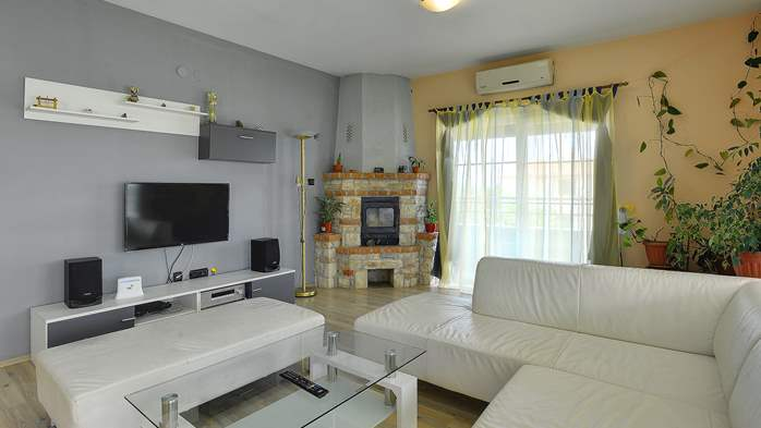 Simple fully equipped apartment on 1st floor in Ližnjan, WiFi, 2
