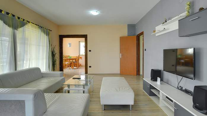 Simple fully equipped apartment on 1st floor in Ližnjan, WiFi, 4