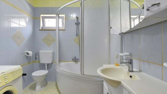 Simple fully equipped apartment on 1st floor in Ližnjan, WiFi, 9