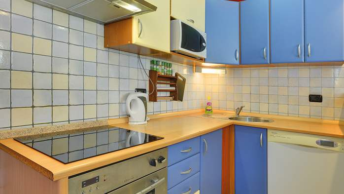 Simple fully equipped apartment on 1st floor in Ližnjan, WiFi, 10