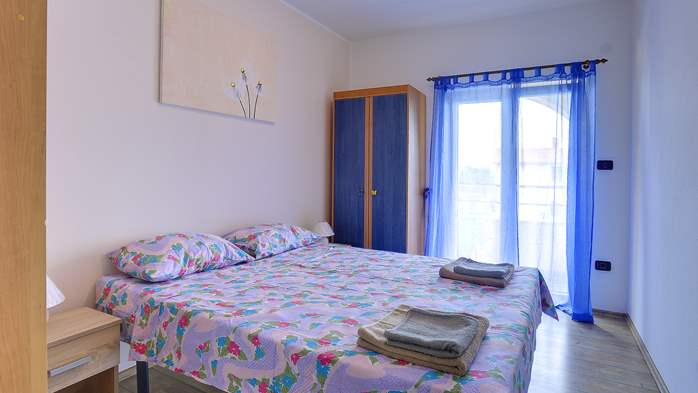 Simple fully equipped apartment on 1st floor in Ližnjan, WiFi, 12