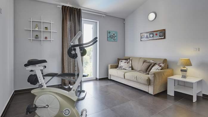 Attractive villa with 6 bedrooms, swimmingpool and Finnish sauna, 28