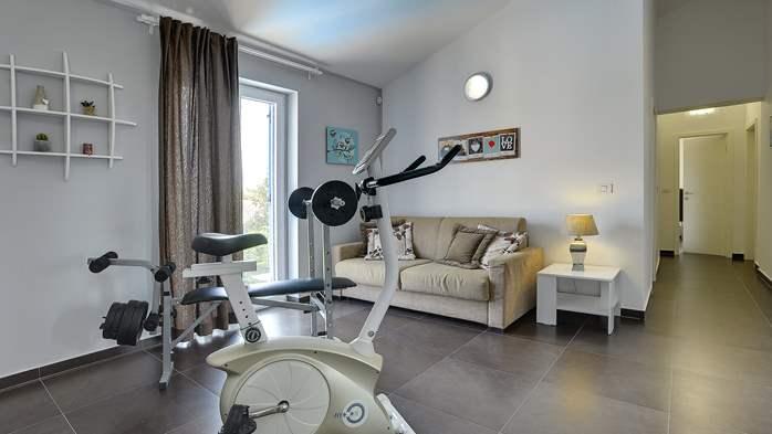 Attractive villa with 6 bedrooms, swimmingpool and Finnish sauna, 27