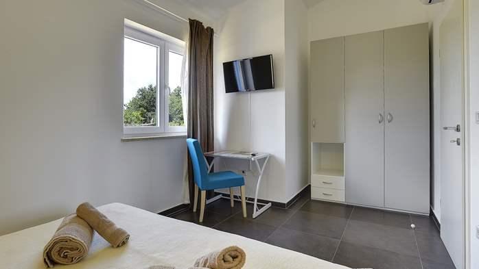Attractive villa with 6 bedrooms, swimmingpool and Finnish sauna, 33