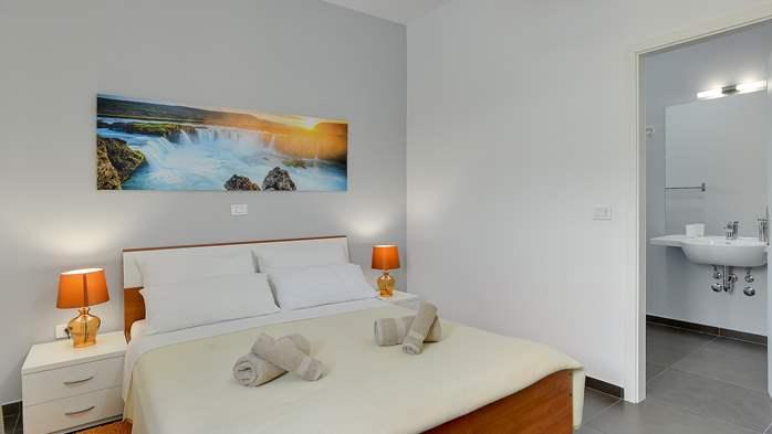 Attractive villa with 6 bedrooms, swimmingpool and Finnish sauna, 38