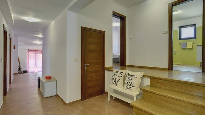 Spacious villa in Pula with pool and jacuzzi for 14 persons, 22