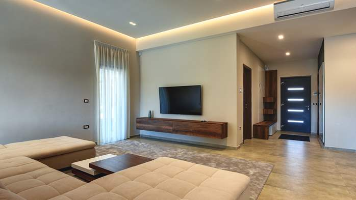 Luxury villa in Pula with heated pool and Jacuzzi for ten persons, 47