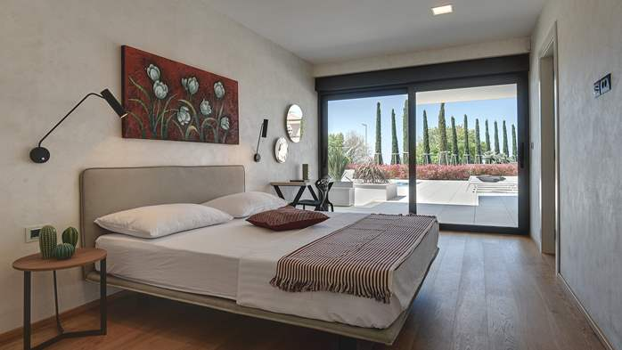 Newly built modern villa with 6 rooms, pool and large terrace, 32