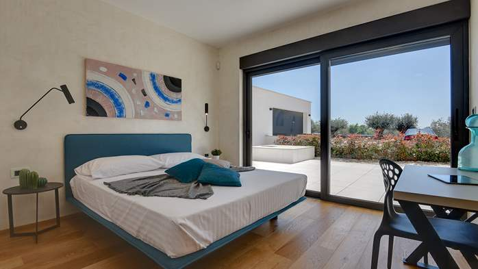 Elegant villa with sea view balcony, pool and sauna, for 12 pax, 38