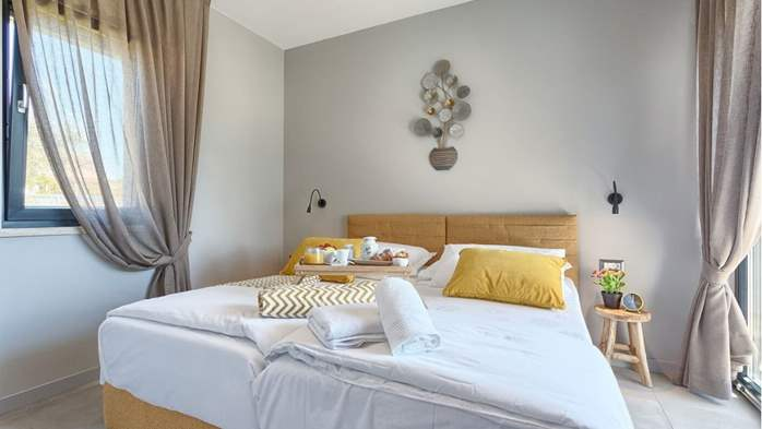 Fully equipped villa with spacious garden, swimming pool, jacuzzi, 28