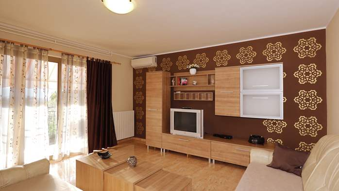 Charming air-conditioned apartment for 5 people, balcony, jacuzzi, 2