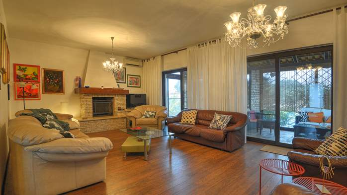 Spacious apartment in Pula, shared pool, WiFi and parking space, 4