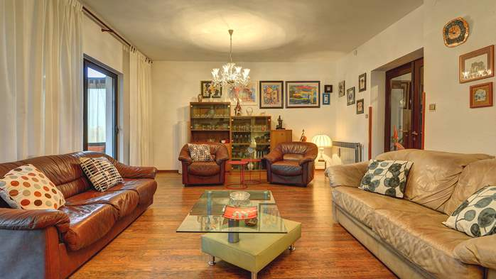 Spacious apartment in Pula, shared pool, WiFi and parking space, 1
