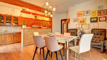 Spacious apartment in Pula, shared pool, WiFi and parking space, 2