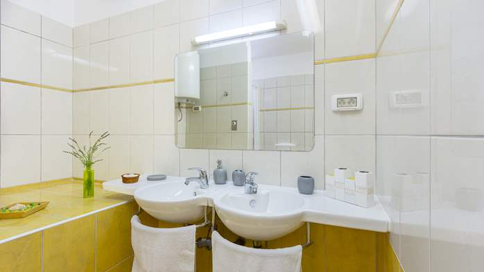 Newly renovated two bedroom apartment, WiFi, 8