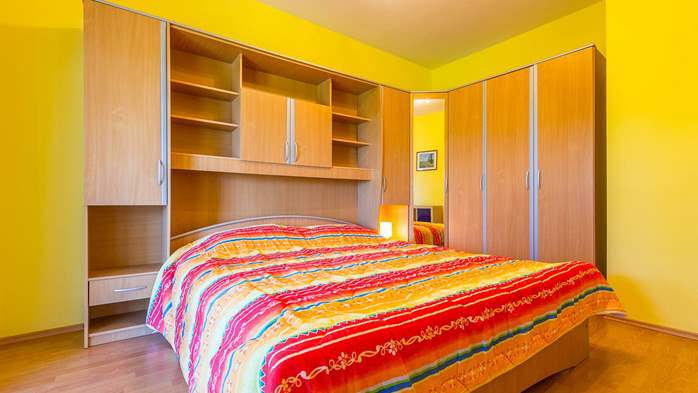 Bright air-conditioned apartment with private covered terrace, 10