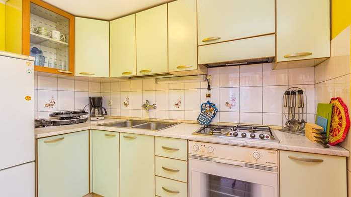 Bright air-conditioned apartment with private covered terrace, 6