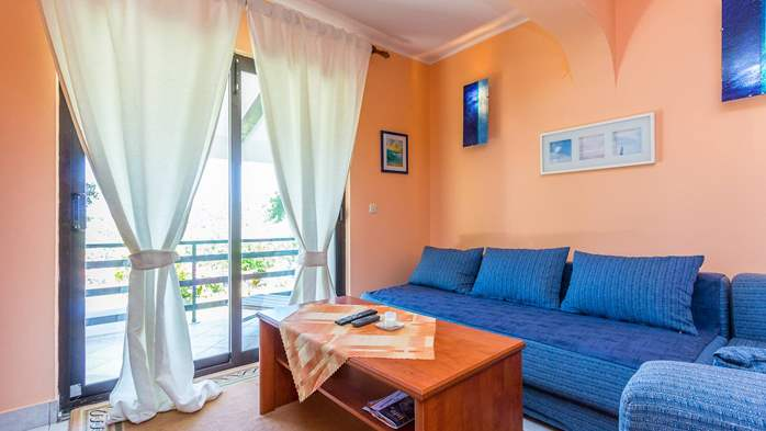 Bright air-conditioned apartment with private covered terrace, 1