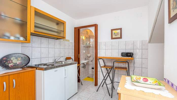 Charming apartment with private balcony and terrace, 8