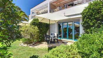 Nice studio apartment with sea view and a beautiful lawn, 1