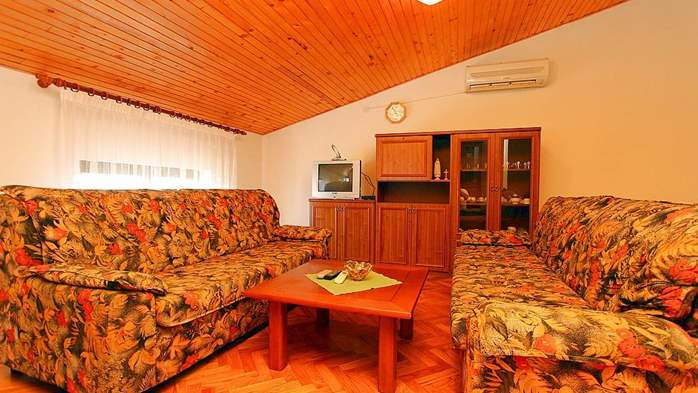 Detached house in Medulin offers accommodation for 18 persons, 34