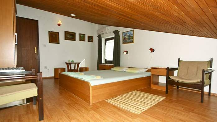 Room for two persons in the attic, bathroom with shower, parking, 2