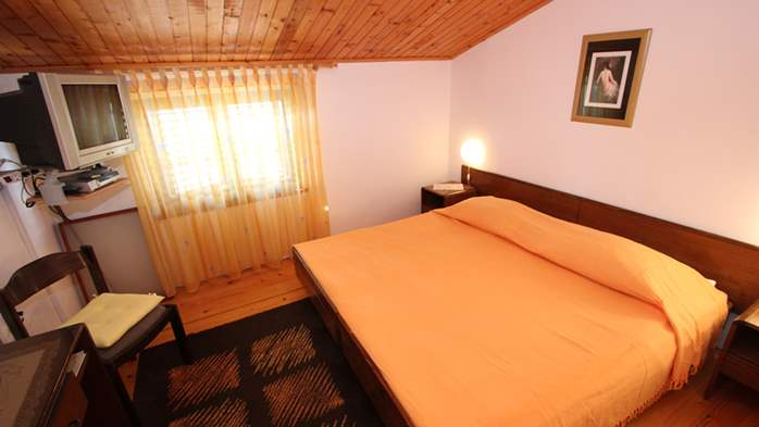 Room with private bathroom and balcony with sea view, parking, 3