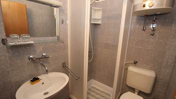 Room with private bathroom and balcony with sea view, parking, 4