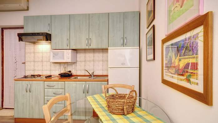 Comfortable apartment for 4 people in Pula,free WiFi, shared pool, 4