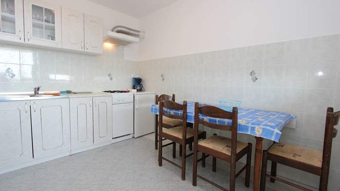 Apartment on the 1st floor with balcony and sea view, garage, 1