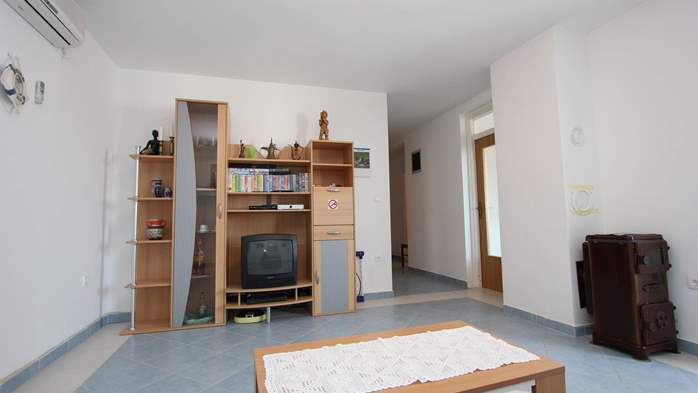 Apartment on the 1st floor with balcony and sea view, garage, 3